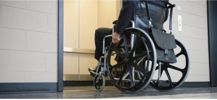 fauteuil roulant mesure largeur